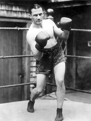 Benny Leonard; Récord: 90-6-1, 70 KO; periódicos que lo vieron ganar: 93-18-7; Años en activo: 1911-1932; Títulos: World Lightweight
