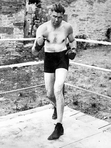 Jack Dempsey; Récord oficial: 61-6-9, 34 KO; Periódicos que lo vieron ganar: 4-0-2; Años en activo: 1914-1927; Títulos: World Heavyweight, NBA (AMB) Heavyweight.