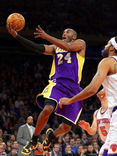 Lakers vs. Knicks: Rasheed Wallace observa a Kobe Bryant dirigirse a la canasta.