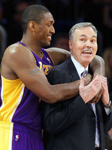 Lakers vs. Knicks: Metta World Peace (15) abraza al head coach Mike D'Antoni.