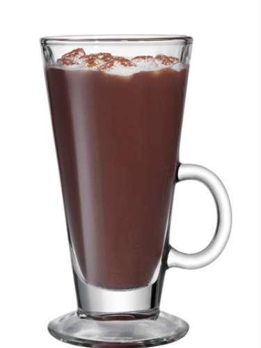 Cocoa especial   1 oz. SMIRNOFF® Marshmallow Flavored Vodka 1 pg. de polvo para preparar chocolate caliente 10 oz. Agua caliente Opcional: Malvaviscos miniatura. Nuez moscada en polvo.  Preparación Combina todos los ingredientes en un vaso o tarro.Adorna con los malvaviscos y un toque de nuez moscada.
