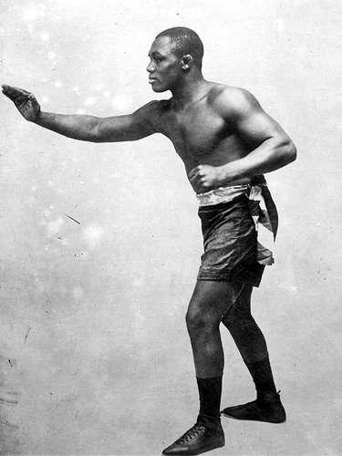 Sam Langford; Récord: 179-30-40, 120 KO; Periódicos que lo vieron ganar: 32-14-15; Años en activo: 1902-1926; Títulos: Campeonato Mundial de color Middleweight, Campeonato Mundial de color Heavyweight (5X)