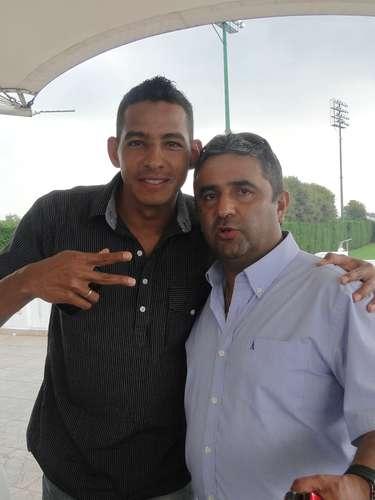 Wilder Medina y el preprador físico Gustavo Bustos, durante el asado de despedida de año de los jugadores de Santa Fe.