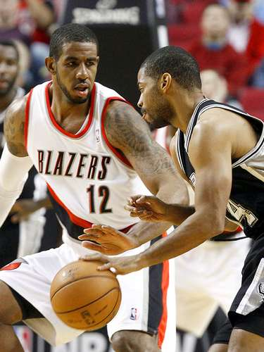 Spurs vs. Trail Blazers: Gary Neal intenta driblar a LaMarcus Aldridge.