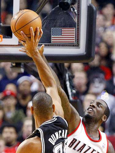 Spurs vs. Trail Blazers: J.J. Hickson intenta bloquear el disparo de Tim Duncan.