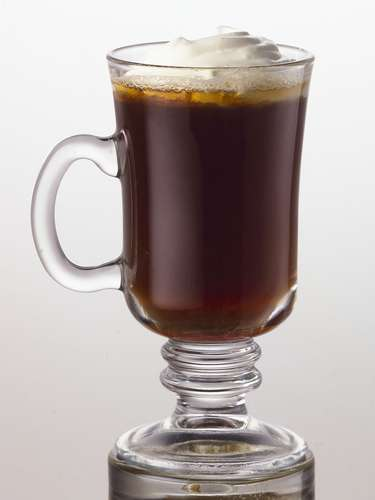 Sugar & Spice   Ingredientes 1 oz. SMIRNOFF® Whipped Cream Flavored Vodka 6 oz. Café caliente 1 cubito de azúcar Opcional: Canela en polvo  Preparación En un tarro o vaso desbarata el cubito de azúcar con el SMIRNOFF Whipped Cream flavored vodka Agrega el café caliente.