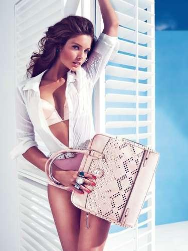 Guess acaba de mostrar su exclusiva línea de bolsos para la temporada primavera verano 2013. En colores ivory, beige, turquesa y coral, la marca busca ganar nuevas seguidoras el próximo año.
