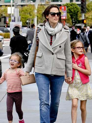 Jennifer Garner y sus hijas Violet y Serafina Affleck , se desponen a ver 'Disney on Ice' en Los Angeles, California. La actriz de 'Juno' dejó a su esposo Ben Affleck y su hijo Samuel en casa mientras disfrutaba de un 'día de chicas'