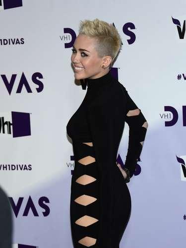 Miley Cyrus, luciendo un elegante y sensual traje negro con aberturas, encabezó a las estrellas que lucieron totalmente sexies en la alfombra roja del concierto \