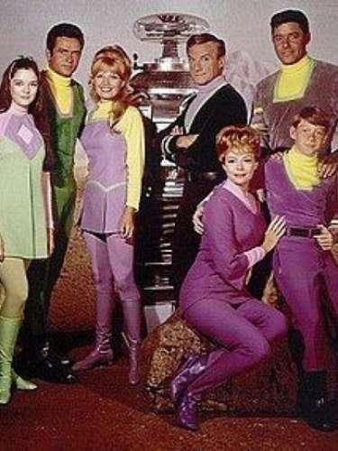 Perdidos en el espacio. Una de las primeras series de ciencia ficción. Narra las aventuras de una familia de astronautas que, tras legar al sistema Alfa Centauri, quedan varados en el espacio exterior.