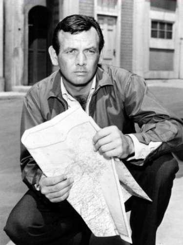 El Fugitivo. Cuando el médico Richard Kimble encuentra a su esposa muerta, él se convertirá en el principal sospechoso para la policía.