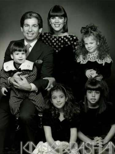 Para esta tarjeta de navidad se eligió una bella foto familiar donde nuevamente aparece Robert, el padre de Kim, Rob, Kourtney y Khloe. \