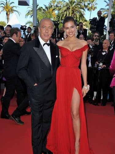 El rojo ha sido uno de los colores que Irina ha usado para brillar en todos los eventos a los que acude. Se ha hecho fanática de los vestidos largos con abertura al frente. ¿Qué opinan de su estilo?