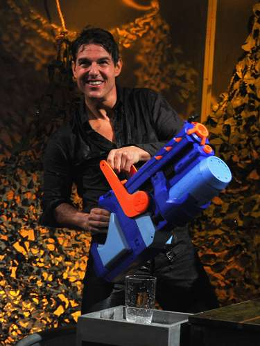 Como es su costumbre, Jimmy Fallon jugó con su invitado en su talk show. Tom Cruise asistió al programa del cómico donde además de platicar de la nueva película de Cruise, se dieron la oportunidad de jugar a 'Guerra de agua' en donde los dos terminaron empapados y súper divertidos