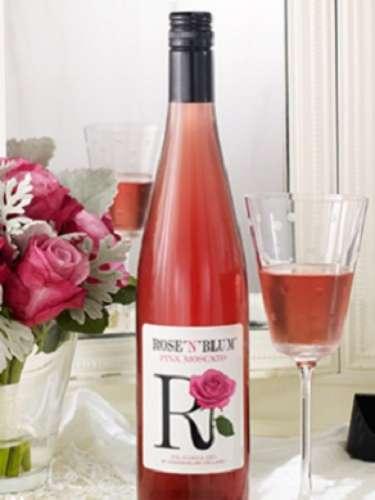 ROSE N' BLUM PINK MOSCATO: Con el brillante color de una joya, el 2011 Pink Moscato burbujea deliciosamente. Dulce de fresa, sorbete de naranja y los fragantes aromas a jazmín llenan la copa, seguidos de moras frescas, melocotón y durazno en la boca. Los sabores son vibrantes y delicados, con una leve efervescencia. Este sencillo pero delicado vino es el accesorio perfecto para una velada fabulosa.