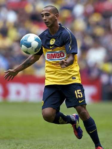 Édgar Castillo inició su carrera en Santos, donde sus buenas actuaciones llamaron la atención del América, pero apenas pudo jugar 20 partidos de 2009 a 2011.