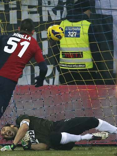 Cagliari's Mauricio Pinilla (L)had a brace against the Serie A leaders.