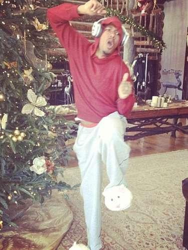 Nick Cannon sabe como entreneter a sus hijos mientras disfrutan de una tarde relajada, a la espera de la Navidad.