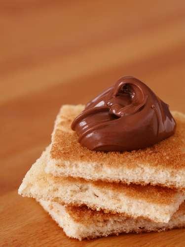 Otra opción para saciar el antojo por el chocolate es untando una cuchara de té de chocolate en un porción pequeña de pan tostado, lo que contiene 5g de grasa. Mientras que tres galletas de chocolate suministran 14g.
