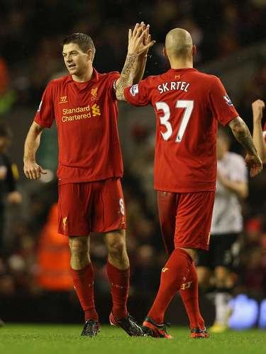 Martin Skrtel (der.) y Steven Gerrard se felicitan en el partido.
