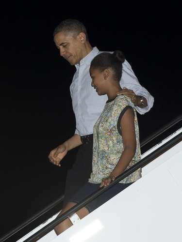 Para cuando el presidente y su familia descendían del Air Force One, Obama ya se había despojado de la chaqueta que vestía al salir de Washington y usaba simplemente una camisa remangada. La familia salió de Washington el viernes por la noche.