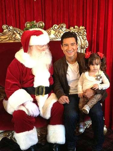 Mario Lopez y su hija Gia posan junto a Santa. En twitter, Lopez se preguntó ¿Qué estará mirando Santa?