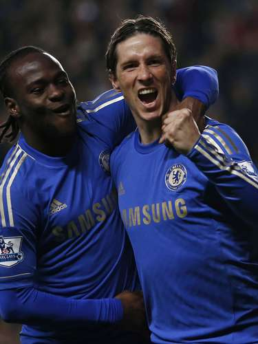 Chelsea's Fernando Torres (R) celebrates his goal against Aston Villa with teammate Victor Moses