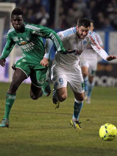 Olympique Marseille's Andre-Pierre Gignac (R) challenges Saint Etienne's Kurt Zouma during their French Ligue 1 soccer match at the Velodrome stadium in Marseille December 23, 2012. REUTERS/Jean-Paul Pelissier (FRANCE - Tags: SPORT SOCCER)