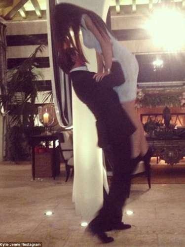 Scott Disick levanta a su pareja, Kourtney Kardashian, durante la celebración navideña de la famosa familia.