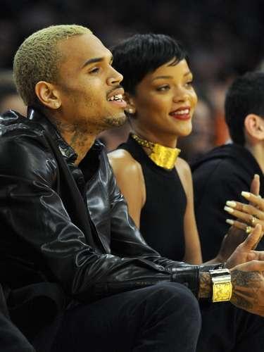 Rihanna regresó este fin de semana de Barbados. Nada más llegar a Los Ángeles, salió a ver este partido de baloncesto con el hombre que la maltrató en 2009.