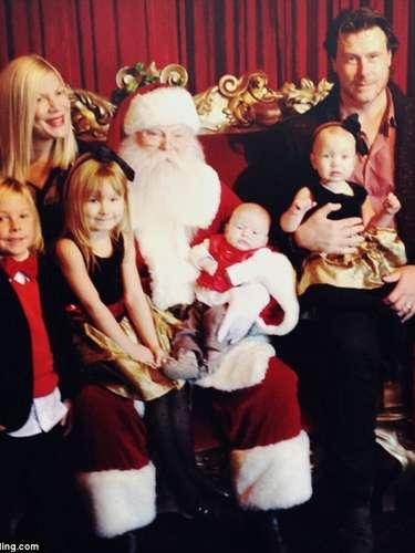 Tory Spelling y su numerosa familia posan felices con Santa Claus.