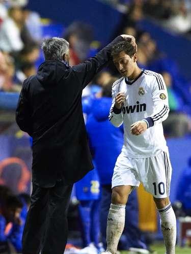 Públicamente, el oriundo de Setubal ha cuestionado el rendimiento de sus jugadores, entre ellos del alemán Mesut Özil, algo que enfada a los \