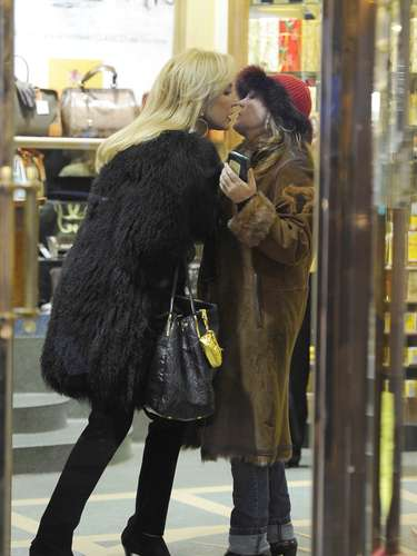 La experta en moda saludó a una conocida a las puertas del establecimiento.