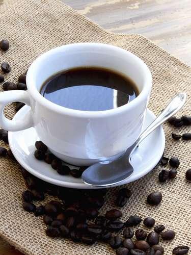 Cafeína: Algunas investigaciones con ratones de laboratorio mostraron que una sustancia llamada adenosina es responsable del dolor de cabeza durante la resaca. El mejor antídoto para esa molestia sería la cafeína, que también ayuda a despertar después de beber.