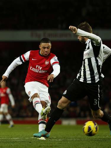 Arsenal's Alex Oxlade-Chamberlain (L) shoots and scores his goal against Newcastle United . REUTERS/Eddie Keogh