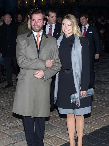Guillermo de Luxemburgo y su mujer, Stéphanie de Lannoy, muy abrigados a su llegada a la ceremonia religiosa.