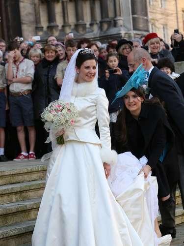 La novia, de 22 años, en una divertida imagen a su entrada a la iglesia a la que ha llegado del brazo de su padre y padrino.