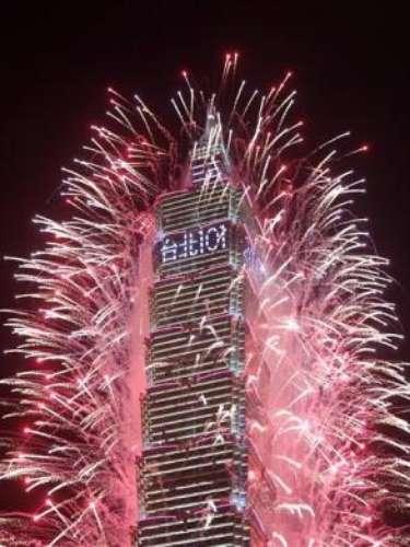 Taipei es una de las ciudades más turísticas y pobladas de China. Para sus principales fuegos artificiales, eligió a su emblemática Torre Taipei 101 para anunciar el inicio de la fiesta.