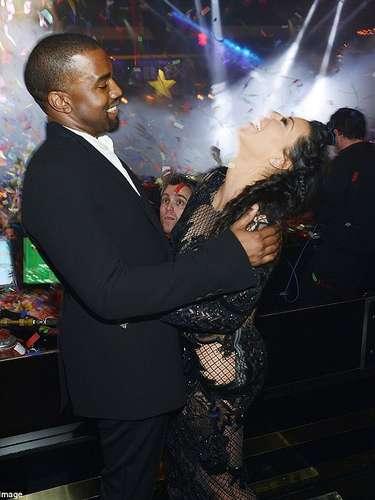 Kanye West y una felizmente embarazada Kim Kardashian recibieron el 2013 con una fiesta en Las Vegas. No se vio indicios de barriga, pero Kim se mantuvo lejos del alcohol.