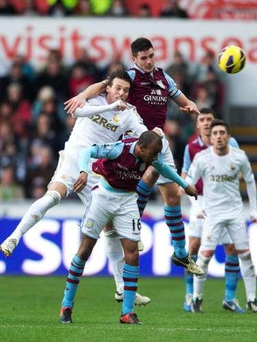 En un duelo de alternativas en ambas porterías, Swansea City empató 2-2 frente a Aston Villa.