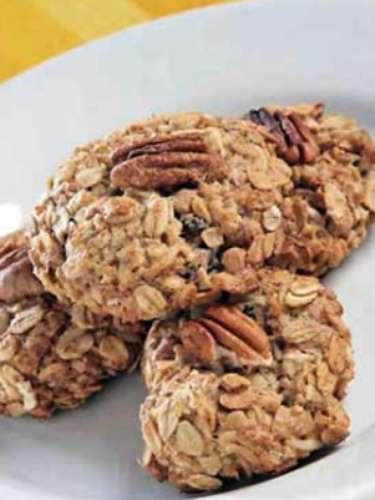 De los alimentos que se deben considerar para realizar una desintoxicación también están los cereales, que son carbohidratos, y frutas oleaginosas, como los piñones, almendras y nueces.