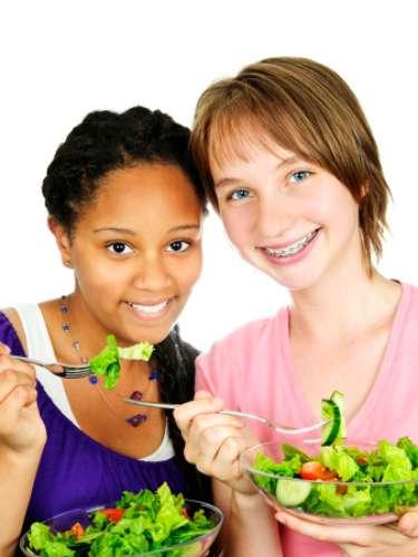 ADOLESCENTES: Comer dos porciones de vegetales y verduras en forma diaria, dejar los dulces para ocasiones especiales.