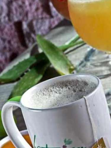 Por su contenido de flavonoides, el té es un potente antioxidante y estimulante que ayuda a manejar los radicales libres generados después del consumo de grasas saturadas y trans. Se sugiere beber solo y caliente, de preferencia por la mañana.