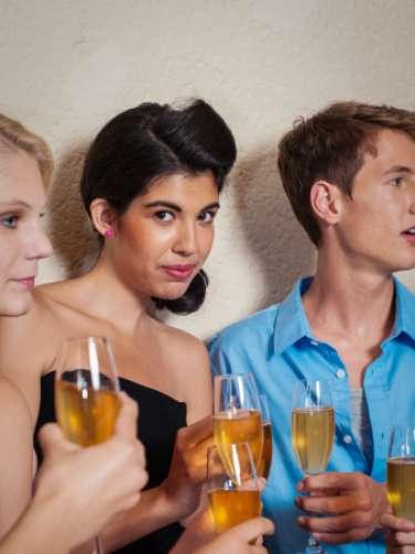 ADOLESCENTES: Consumirán alcohol sólo si los padres están presentes y lo aprueban y nunca lo harán sin permiso. Se mantendrán alejados de las drogas y las medicinas que crean adicciones.
