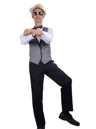 Sólo en una de las fotos que le han hecho famoso posa con trajes de hombre, pero el toque cómico continúa, pues en la imagen adopta la postura del \