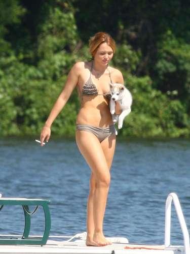 Miley Cyrus tiene 20 años y luce unas de las figuras más apetecidas por los lentes fotográficos cuando sale a la playa.