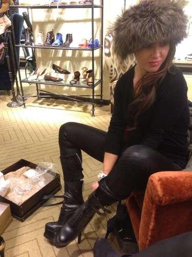 Kate Del Castillo se puso un sombrero ruso para salir de compras de zapatos en Los Ángeles.