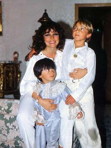 Foto archivo, a los 11 años con su mamá Verónica Castro, y su hermano Michel, circa 1985/México, diciembre 2011.