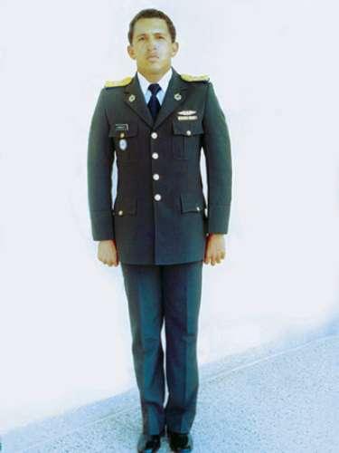 Chávez al momento de ascender al grado de capitán de Ejército en 1982.