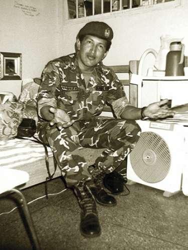 Fotografía de 1992 que muestra al hoy presidente venezolano en su celda de la prisiónSan Fransisco de Yare, tras el intento de golpe de Estado contra el mandatario Carlos Andrés Pérez.
